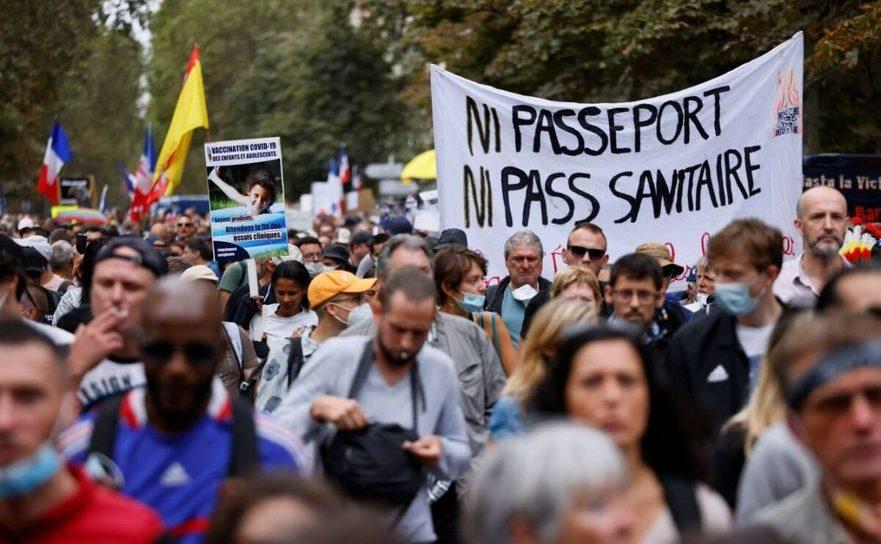 Demonstraţii împotriva paşapoartelor de imunitate pe De Villiers Avenue în Paris, 11 septembrie 2021.