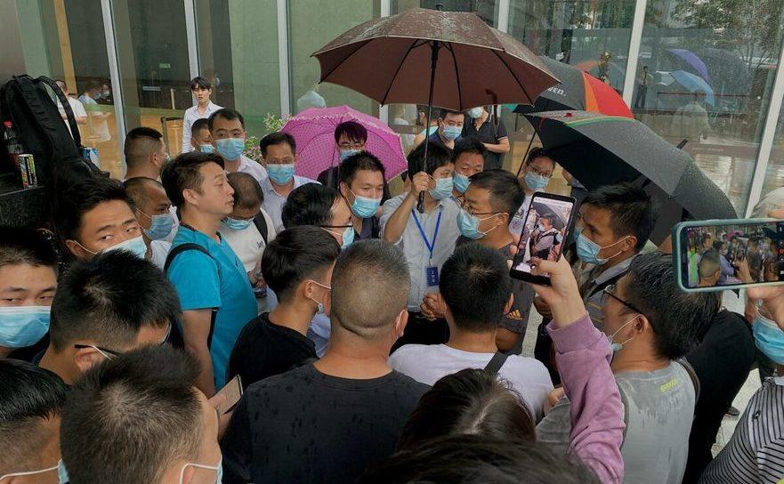 Protestatari în faţa sediului companiei Evergrande din Shenzhen, 14 septembrie 2021