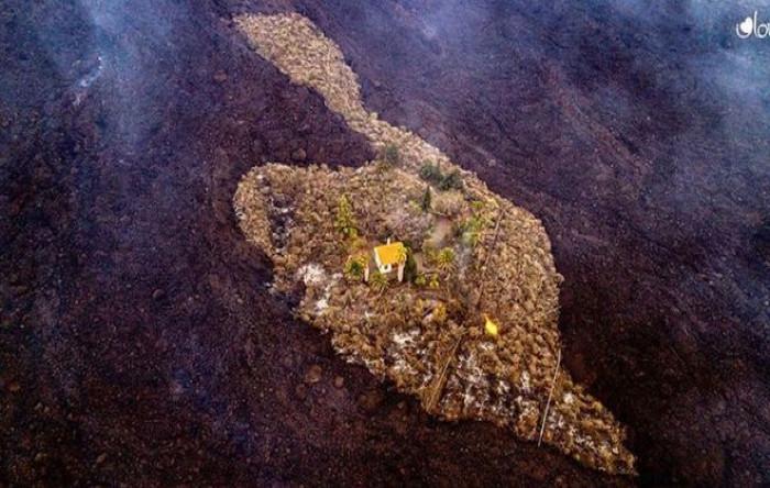 O casă aflată în mijlocul lavei vulcanului a rămas neatinsă, zona El Paraíso, Insula La Palma, pe 21 septembrie 2021, Insulele Canare.