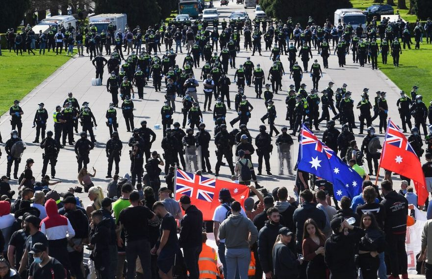 Poliţia îi arestează pe muncitorii din construcţii şi manifestanţi, trage cu gaze lacrimogene pe treptele Altarului comemorării în timpul unui protest împotriva reglementărilor COVID-19 din Melbourne, Australia, pe 22 septembrie 2021