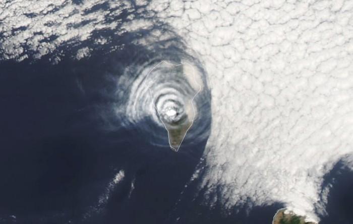 Inele de cenuşă şi nori deasupra vulcanului Cumbre Vieja de pe insula La Palma, Insulele Canarie, Spania
