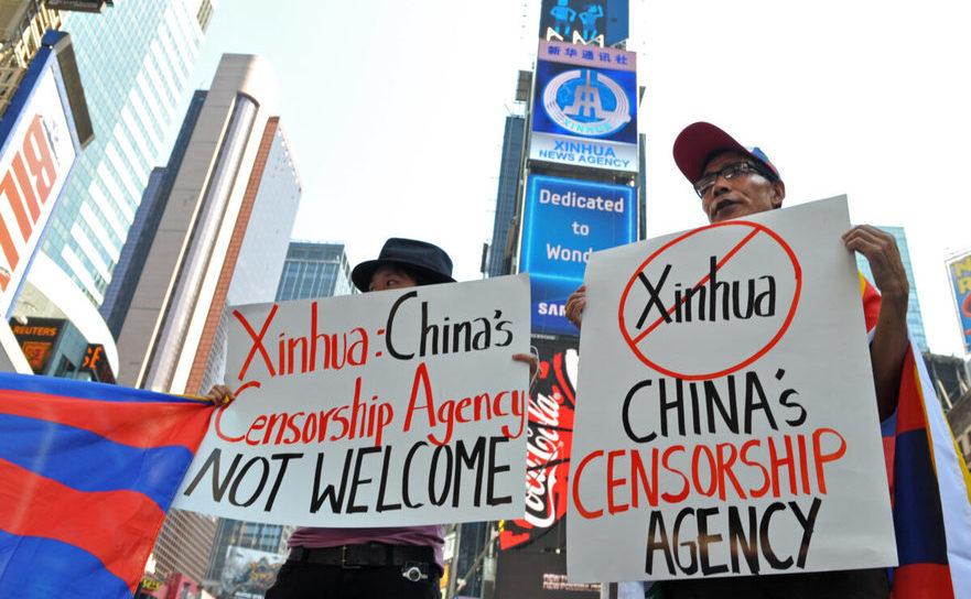Membrii organizaţiei Students for a Free Tibet protestează in faşa unui nou panou închiriat de Xinhua - Times Square din New York - 1 august 2011