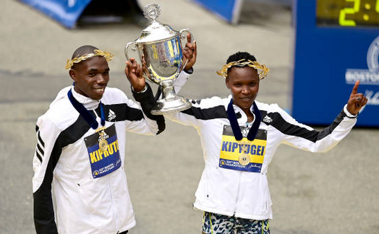 Alergătorii kenyeni  Diana   Chemtai Kipyogei şi Benson Kipruto.